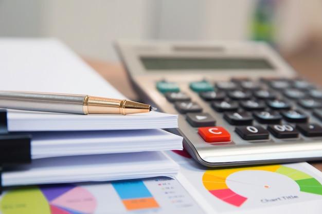 机の上のペンとオフィス機器。 Premium写真