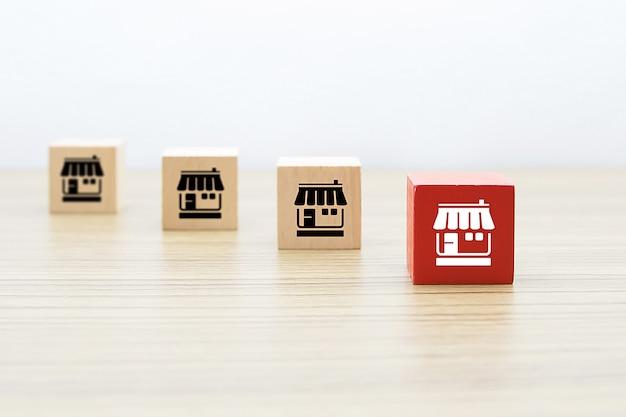 フランチャイズマーケティングのアイコンは、木製のブロックに格納します。 Premium写真
