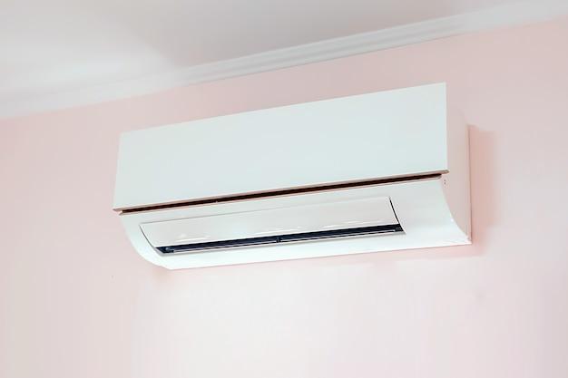 壁に取り付けられたエアコン。 Premium写真