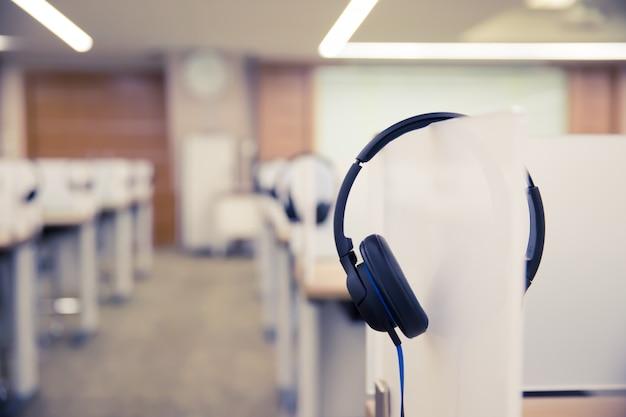 コールセンターとホットラインルーム用のヘッドフォン。 Premium写真
