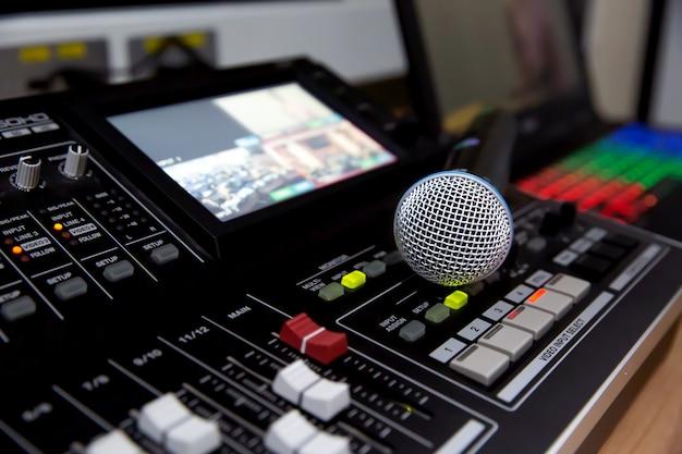 Микрофон размещен на профессиональном аудио микшере в студии. Premium Фотографии
