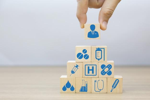 医療と健康のウッドブロックのコンセプトです。 Premium写真