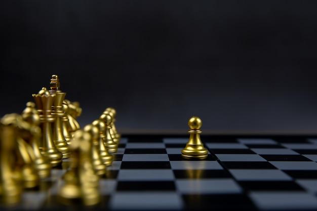 Шахматы, которые вышли из линии. концепция лидерства и бизнес стратегический план. Premium Фотографии