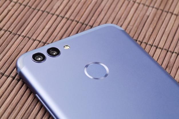 現代のスマートフォンのデュアルカメラ。閉じる。 Premium写真