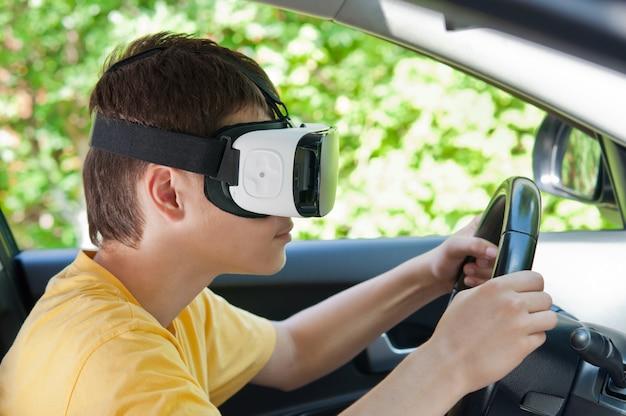 車を運転して、バーチャルリアリティ眼鏡のティーンエイジャー。 Premium写真