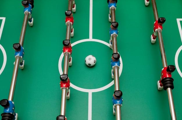 テーブルサッカー、上面図。ボールを弾く。 Premium写真