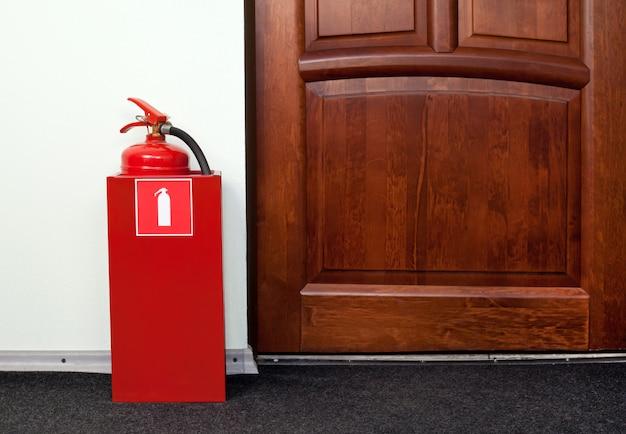 消火器は消火口の隣にあります。 Premium写真