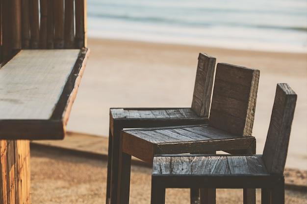 ビーチそばのバーで空の椅子 Premium写真