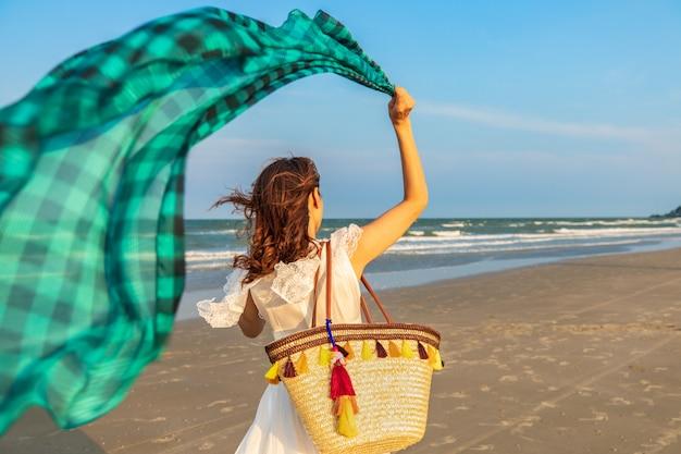 ビーチを歩いて女性 Premium写真