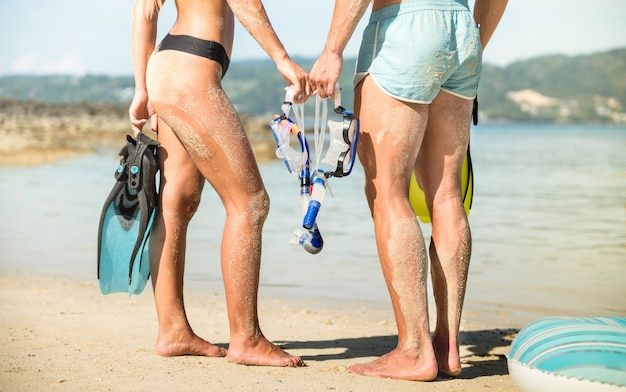 シュノーケルマスクとフィンとタイのプーケットビーチで楽しんで恋に行楽客の若いカップル Premium写真