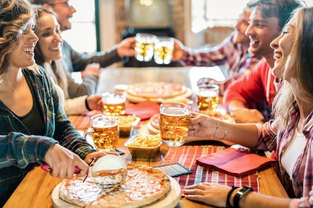 冬の再会に自宅でピザを食べる若い友人 Premium写真
