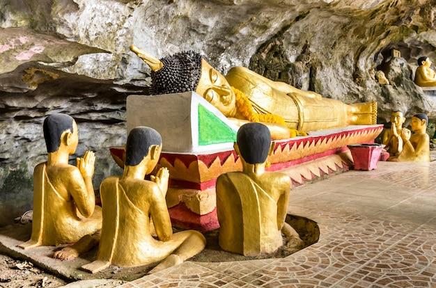 リクライニングブッダ-ヴァンビエンの象の洞窟-ラオス Premium写真