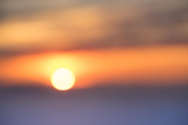 海で夕日の多重背景をぼかし Premium写真