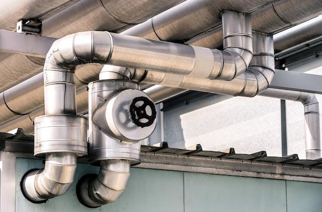 石油およびガス精製所の工業用パイプ Premium写真