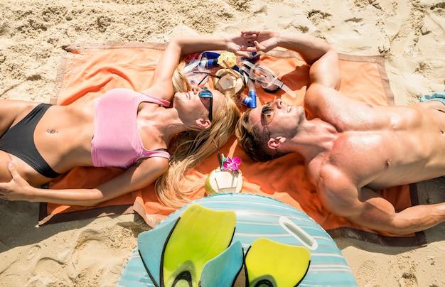 Пара отдыхает на тропическом пляже Premium Фотографии