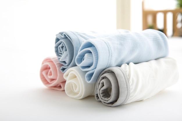 男性用ブリーフはロープの上の浴室で乾かすために重さを量る。曜日ごとのパンティー、毎日のリネン、独身のパンティー、家族のパンティー Premium写真