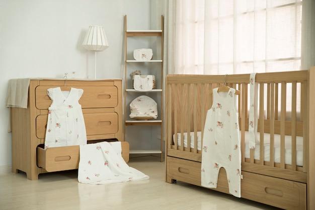 母親の寝室は乳児用機器でいっぱいです。 Premium写真