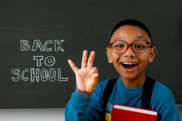 幸せな微笑む少年は初めて学校に行く予定です Premium写真