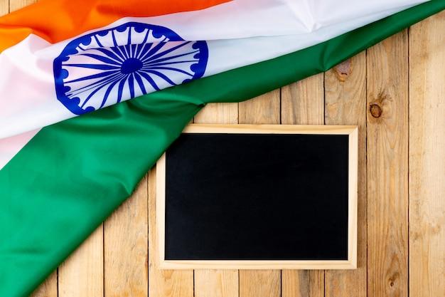 Вид сверху национального флага индии с доске на дереве Premium Фотографии
