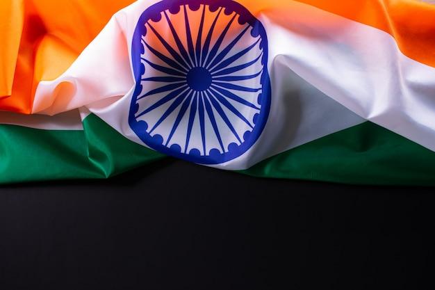 Индийская республика день концепция. индийский флаг на черном фоне Premium Фотографии
