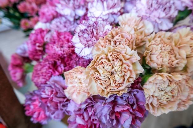 休日の美しい花を持つフラワーショップ。装飾と花束のための花瓶の花。 Premium写真