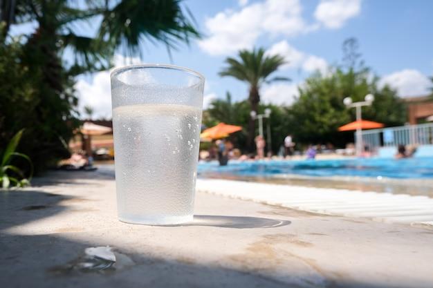屋外プールでの夏休み。休息はすべて込みです。アルコール飲料ソーダはありません。 Premium写真