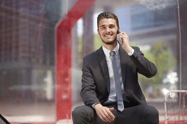 都市の携帯電話に話している実業家 Premium写真