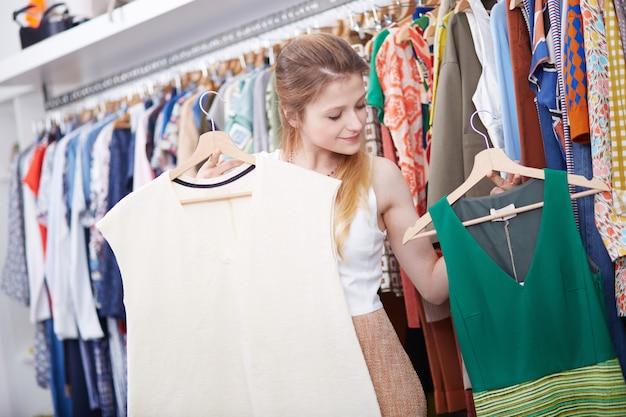 ファッション店で買い物 Premium写真