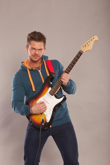 電気ギターを弾く男 Premium写真