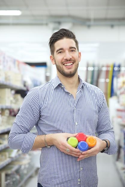 Человек, замена продуктов в магазине Premium Фотографии