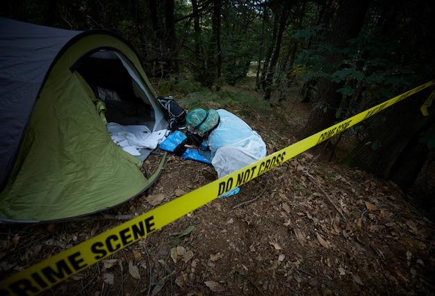 森の中の犯罪シーン Premium写真