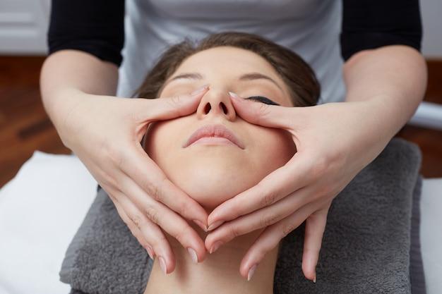 ウェルネスクラブでの顔の治療 Premium写真