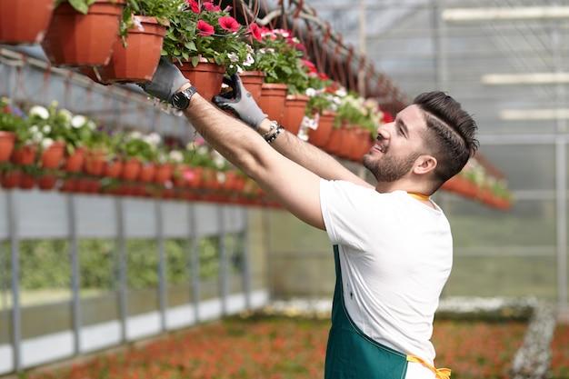 庭の店で働く人々 Premium写真
