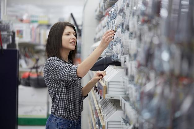 Женщина купить в хозяйственном магазине Premium Фотографии