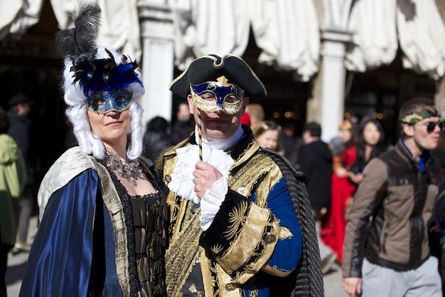 ヴェネツィアのカーニバルでの衣装の人々 Premium写真