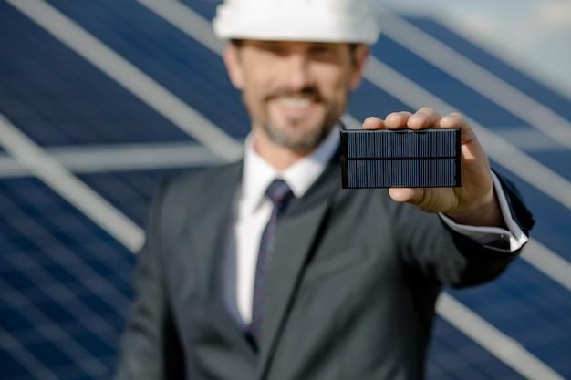 ビジネスクライアントの手で太陽光発電要素のビューを閉じます。 Premium写真