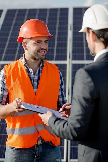 Бизнес-клиент подписывает договор на установку солнечных панелей. Premium Фотографии
