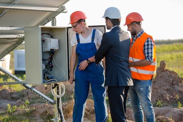 ソーラーパネルの電気箱の検査 Premium写真