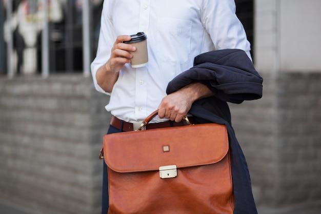 Чашка кофе и портфель крупным планом выстрел Premium Фотографии