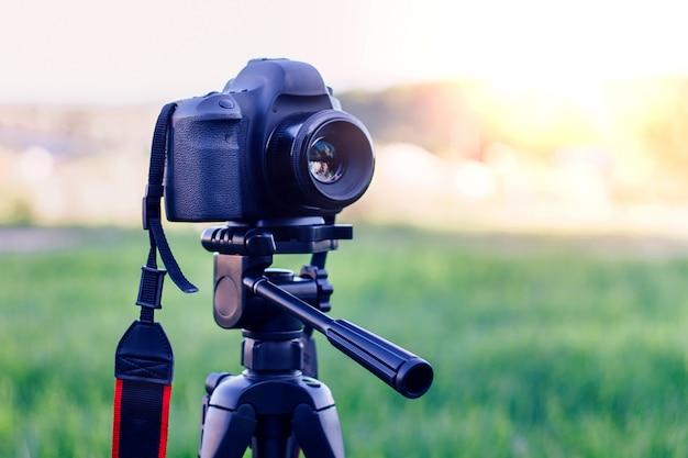 公園で三脚と夕暮れ時にカメラを撮影 Premium写真