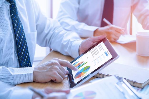 Просмотр финансовых отчетов в ответ на инвестиционный анализ Premium Фотографии