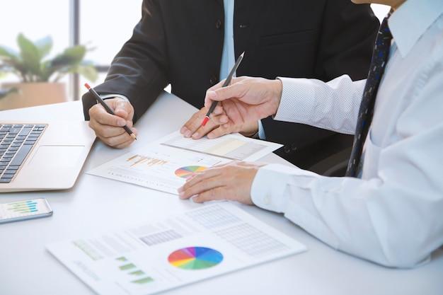 Бизнесмен глубоко рассматривает финансовые отчеты для окупаемости инвестиций или анализа инвестиционных рисков на ноутбуке. Premium Фотографии