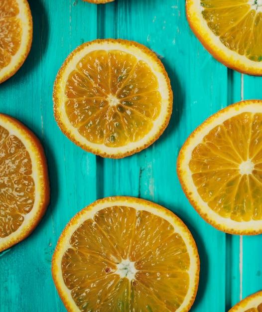 青い木製の新鮮なオレンジタンジェリン Premium写真