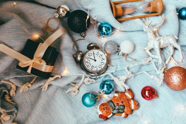 クリスマスと新年の休日の背景と壁紙。クリスマスデコレーションおもちゃ Premium写真