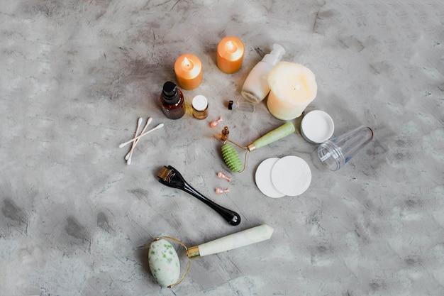 アンチエイジングフェイスクリームの横にあるダーマローラーとセラム美容産業 Premium写真