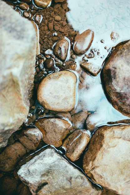 石と川の水のテクスチャ Premium写真