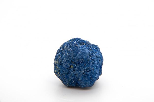 Макрос естественного минерального образца утеса сырцового камня азурита изолированного на белой предпосылке. рудный азурит полудрагоценный геологический кристалл. Premium Фотографии