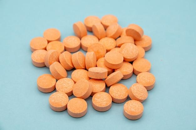 Таблетки папайи для пищеварения на синем фоне Premium Фотографии