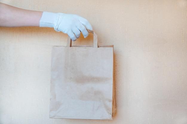 Бумажный пакет. продовольственные пожертвования или концепция доставки еды. Premium Фотографии