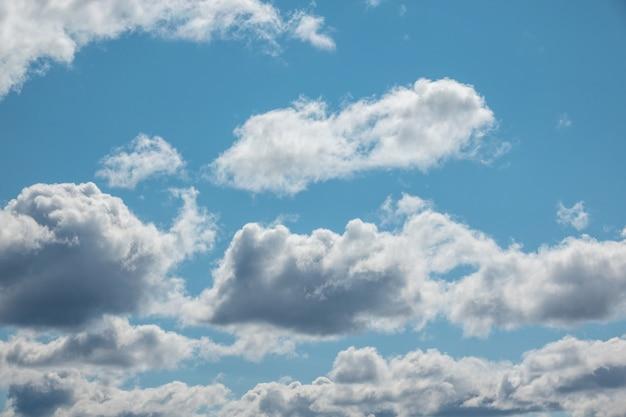 Голубое небо с облаком и солнцем крупным планом Premium Фотографии